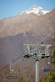 Skiheiser på Gazproms skianlegg Laura, få meter fra det vernede naturområdet i Kaukasus. (Foto: Nils Bøhmer)