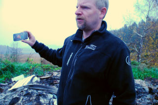 Fagrådgiver Karl Kristensen viser hvordan det så ut før noen satte fyr på den ulovlige søppelfyllingen i Andebu.