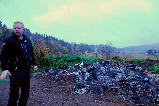 Siden sist Bellona var på stedet, har noen satt fyr på den ulovlige søppelfyllingen.